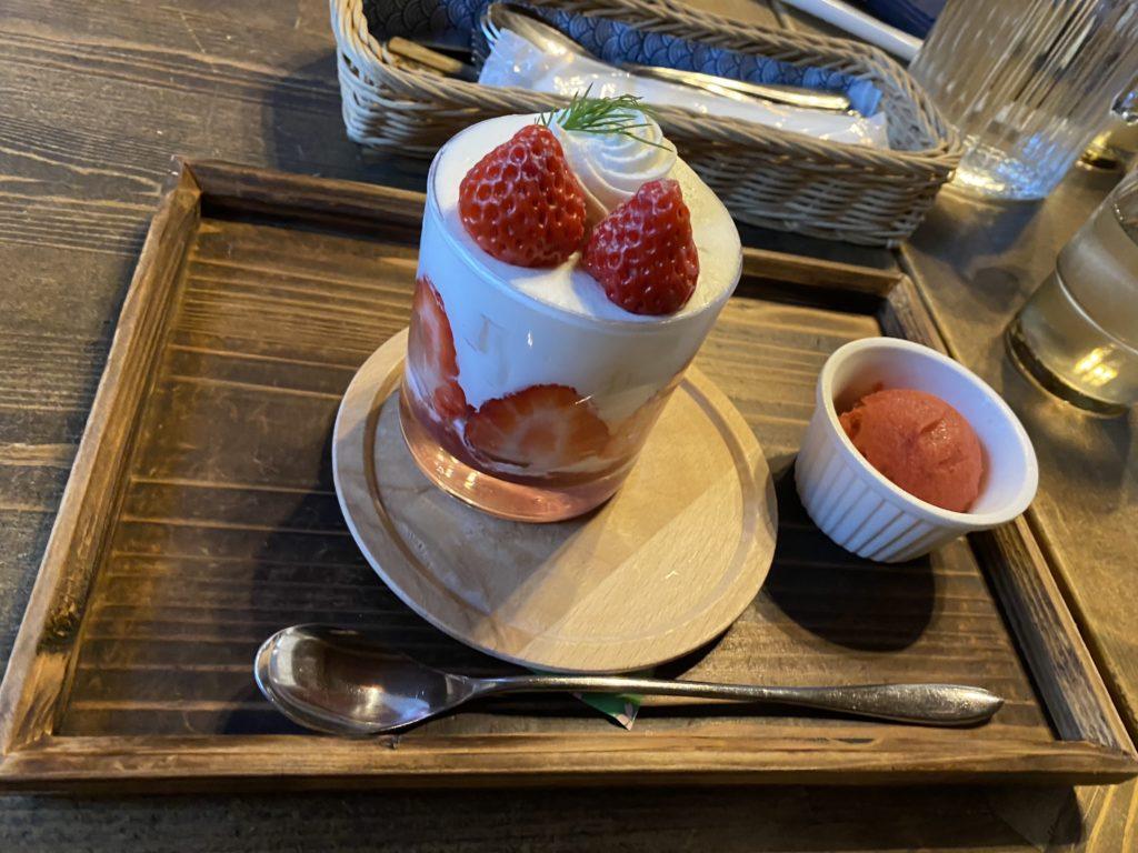イチゴのショートケーキパフェ